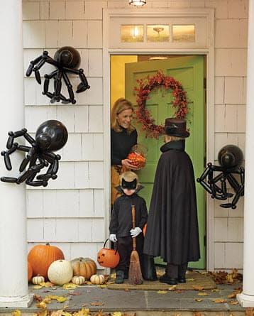 Kids_at_door_trick_or_tweet.jpg